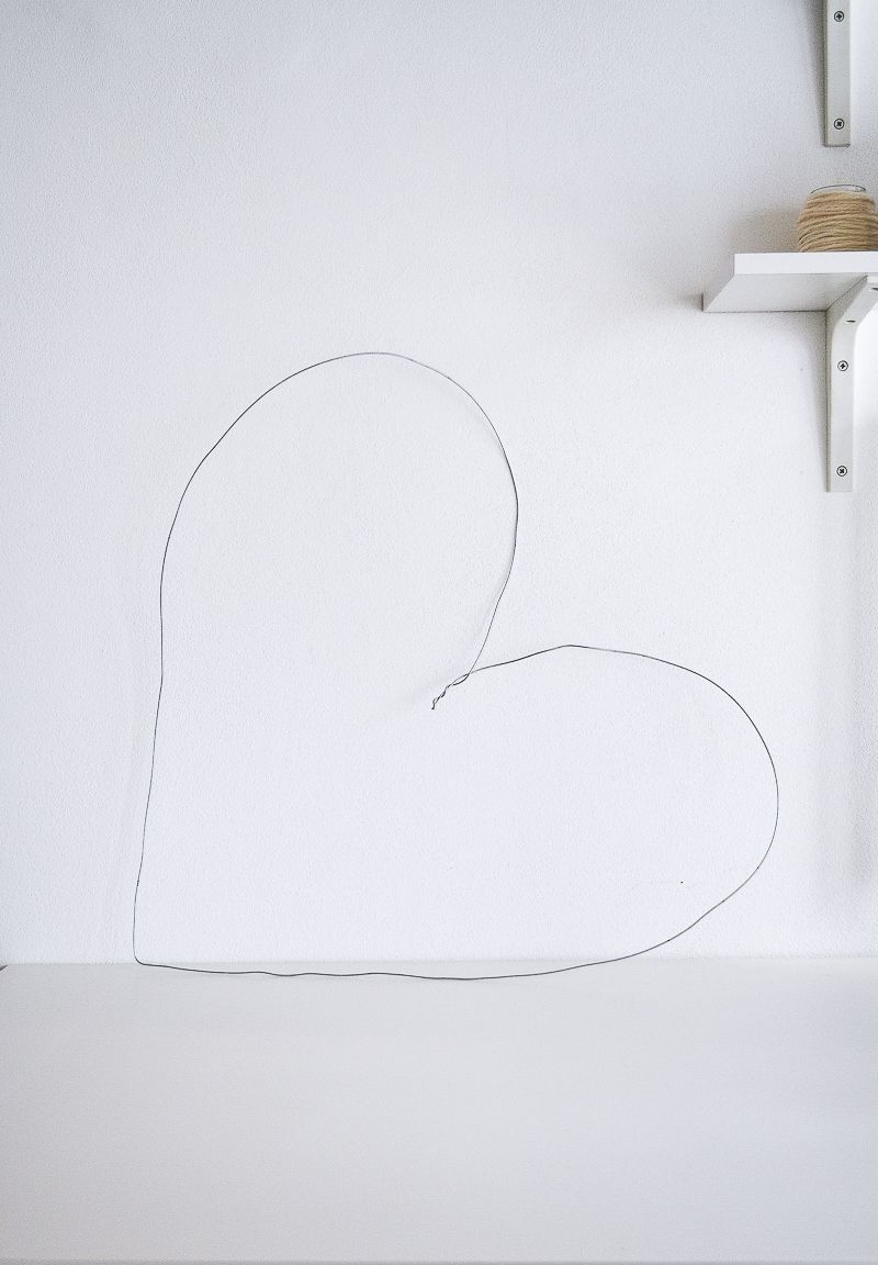 wire-for-a-DIY-Wall-Valentine's-Day-Decoration